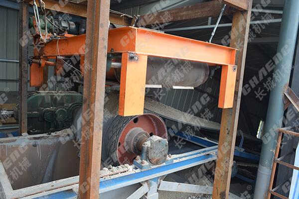 Iron remover of the belt conveyor